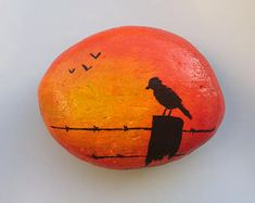 Paperweight bird- Paperweight bird Hand painted beach stone, bird on fence sunset silhouette - Rock Painting Patterns, Rock Painting Ideas Easy, Rock Painting Designs, Paint Designs, Painted Rock Animals, Painted Rocks Craft, Hand Painted Rocks, Stone Art Painting, Pebble Painting