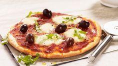 Liuota hiiva veteen, lisää suola ja öljy. Lisää jauhoseos ja sekoita taikinaksi. Anna nousta 15 min. leivinliinan alla. Pizza Dough, Pepperoni, Vegetable Pizza, Pancakes, Gluten Free, Breakfast, Recipes, Food, Gothenburg