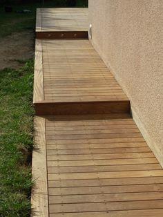 Terrasse en bois à paliers matérialisés par des marches