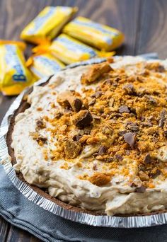 This cool and creamy Butterfinger Pie is the stuff dreams are made of. It's a no-bake dessert that's so easy to make and has tons of butterfinger flavor! No Bake Desserts, Just Desserts, Delicious Desserts, Dessert Recipes, Yummy Food, Fruit Recipes, Pie Recipes, Butterfinger Pie, Pie Dessert