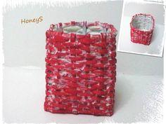 Cosulet impletit; culoare: roz & alb; dimensiuni: h10,5 x 9 x 9 cm; realizat manual.