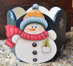 Aqui apresento os meus trabalhos que faço com muito carinho. Adorooooooo pintar!!!!! Christmas Wood Crafts, Snowman Crafts, Christmas Snowman, Christmas Projects, Winter Christmas, Holiday Crafts, Christmas Decorations, Christmas Ornaments, Tole Decorative Paintings