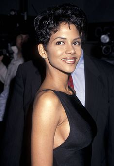 Halle Berry Haircut, Halle Berry Short Hair, Halle Berry Pixie, Halle Berry Style, Halle Berry Hot, Halle Berry Young, Halle Berry Hairstyles, 90s Hairstyles, Halle Bery