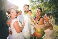 Le marié est désiré par plusieurs femmes Photo Couple, Couple Photos, Photo Macro, Photos Hd, Album Photo, Photo Booth, Marie, Couples, Newlyweds