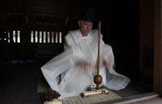 外宮の御鎮座以来、約1500年間つづけられている日別朝夕大御饌祭。その由緒と沿革についてご紹介します。祭典・催しの予定に合わせて、お伊勢さんとして親しまれる伊勢神宮へぜひお参りください。