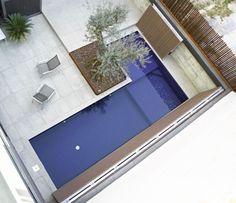En esta vivienda diseñamos un complejo sistema de cubiertas que se abren y se cierran para disfrutar de la piscina en verano y disponer de una tarima pisable en invierno.