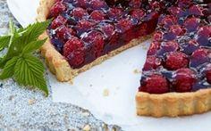 Hindbærtærte med hvid chokolade og lakrids En spændende afløser for den kendt jordbærtærte. Der er knust engelsk lakrids og finthakket hvid chokolade på tærtebunden og hindbærrene er dækket af et tyndt lag ribsgelé.