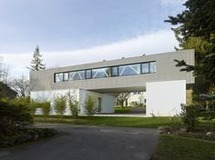 Built by Christian von Düring in Tannay, Switzerland with date 2013. Images by Thomas Jantscher. The challenge of this project was to integrate a large program on a relatively narrow plot while maintain- ing usable...