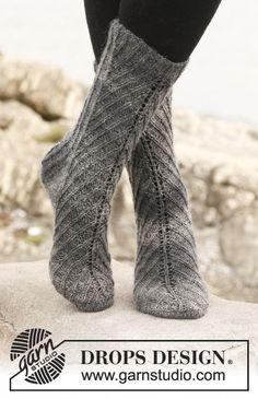 Chaussettes DROPS avec côtes décalées, en Delight. Du 35 au 43. Modèle gratuit de DROPS Design.