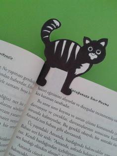 kartondan kesilerek, boyanmış pek cici bir kedicik kitap ayracı çalışması çocuklarla beraber yapılabilecek eğlenceli ve kolay etkinliklerden biri.
