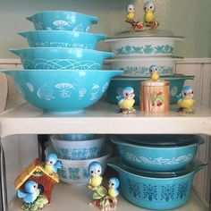 Blue birds and Pyrex! Vintage Kitchenware, Vintage Dishes, Vintage Glassware, Vintage Pyrex, Pyrex Display, Vintage Kitchen Accessories, Glass Kitchen, Glass Dishes, Displaying Collections