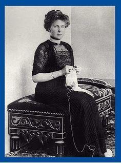 La reina Victoria Eugenia haciendo calceta