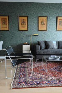 tapis persan rouge et bleu et table en acrylique dans le salon