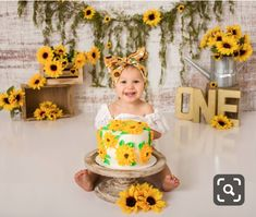 Sunflower theme birthday 🌻 - First Birthday Girl Sunflower Birthday Parties, Sunflower Party, 1st Birthday Party For Girls, Girl Birthday Themes, 1st Birthday Girl Party Ideas, Sunshine First Birthday, 1st Birthday Photoshoot, Foto Baby, Decoration