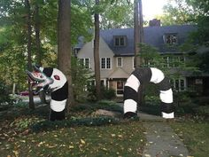 Beetlejuice…Beetlejuice…Beetlejuice… As Halloween approaches, local artist Heather Lee McClellan may have the coolest lawn decoration in Cleveland. Halloween Prop, Halloween City, Halloween Displays, Halloween Home Decor, Halloween 2019, Holidays Halloween, Vintage Halloween, Halloween Crafts, Diy Halloween Yard Decorations