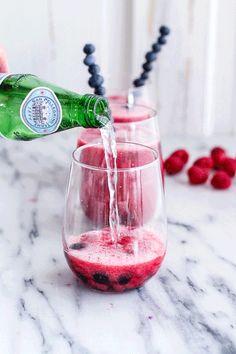 Raspberry-Rhubarb Bellini Smoothie w/ Blueberries (Virgin.or not so Virgin) (VIDEO). Vodka Cocktails, Cocktail Drinks, Vodka Tequila, Summer Cocktails, Smoothie Drinks, Smoothies, Pretty In Pink, Cheers, Raspberry Rhubarb