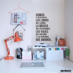 """Vinilo decorativo pack 079: """"Somos el resultado de los libros que leemos, la música que escuchamos, los viajes que hacemos y las personas que amamos""""  Medida: 20 x 30 cm aprox."""