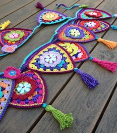 ideas for granny mini triangle bunting Crochet Home, Love Crochet, Crochet Crafts, Crochet Yarn, Yarn Crafts, Crochet Projects, Appliques Au Crochet, Crochet Motif, Crochet Designs