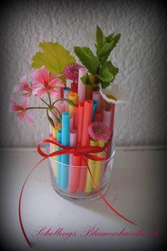 Material: Bunte Trinkhalme (Ikea) Trinkglas Scherre Messer Band kleine Blumen & Gräser Die Trinkhalme werden in verschiedene Längen geschnitten und ins Glas gestellt. Wenn keine Trinkhalme mehr Platz haben werden die Halme mit dem Band zusammengebunden. Halme und Glas mit … weiterlesen