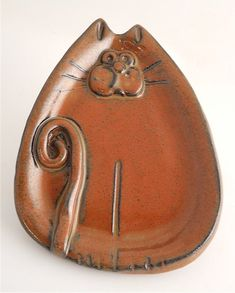 Spoon Rest-Cat – Hand built ceramic cat spoon rest with additions. – Microwave, dishwasher and food safe. – By Mudworks. Hand Built Pottery, Slab Pottery, Ceramic Pottery, Pottery Animals, Ceramic Animals, Ceramic Spoons, Ceramic Clay, Clay Cats, Sculptures Céramiques