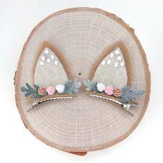These beautiful handmade Bunny Ear Hair Clips are perfect for any sweet girl! Hair Ribbons, Diy Hair Bows, Felt Diy, Felt Crafts, Flea Market Crafts, Unicorn Headband, Felting Tutorials, Christmas Bows, Diy Hair Accessories