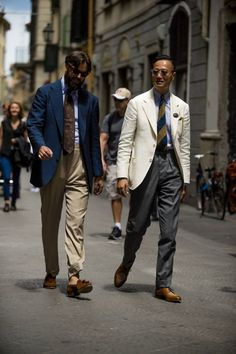 Pitti Uomo is underway and Robert Spangle has captured the most stylish men on the streets of Florence. Best Mens Fashion, Mens Fashion Suits, Mens Suits, Mode Masculine, Style Costume Homme, Best Street Style, Most Stylish Men, Men Style Tips, Gentleman Style