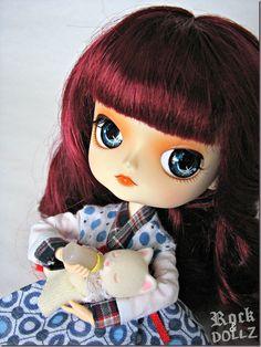 My Dal Fiori feeding Baby Silk Cat Girl ~ rock-n-dollz.blogspot.com.es    #doll #toy #dal #pullip #sylvanian #sylvanianfamilies