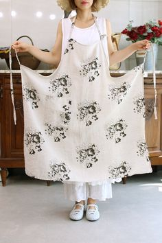 캐비지앤로즈 에이프런 Sewing Aprons, Sewing Clothes, Apron Dress, Bib Apron, Cool Aprons, Linen Apron, Half Apron, Apron Designs, Trendy Fashion