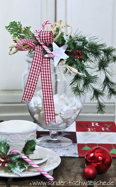 Deckelglas mit Weihnachtsdekoration. Tischset: Sander