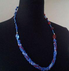 Selbstgemachte Kette mit einem gehäckelten Teil mit blauen Rocailleperlen und weissen,blauen und roten Glasschliffperlen und mit dem oberen Teil aus D