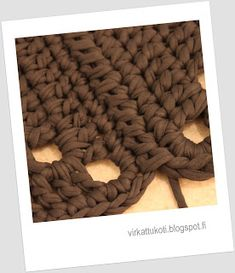 virkattukoti: Viktoriaaninen matto Merino Wool Blanket, Diy And Crafts, Victorian, Knitting, Rugs, Carpet, Crochet Patterns, Diy Rugs, Farmhouse Rugs