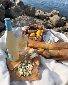 Dream picnic date with wine Think Food, Love Food, Comida Picnic, Picnic Date, Summer Picnic, Beach Picnic, Little Lunch, Italian Summer, European Summer