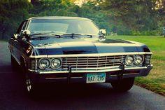 O Impala de mais de 5m de comprimento, motor de V8 de 327 cavalos e 12 válvulas.
