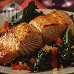 Foto de la receta: Salmón sobre una cama de ensalada verde