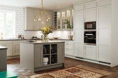 Trendigt och traditionellt lantkök Glass Kitchen, Kitchen Dining, Interior Decorating, Interior Design, Kitchen Essentials, Kitchen Interior, Dining Area, Architecture, Sweet Home
