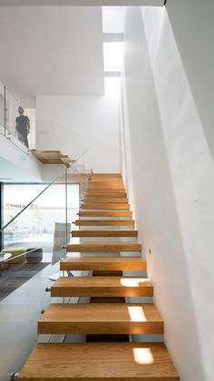 ZA House by Shachar Rozenfeld Architects (Love Glass panelling and floating stairs) House Staircase, Entry Stairs, Staircase Design, Interior Stairs, Interior Architecture, Minimalist Architecture, Skylight Design, Escalier Design, Stair Handrail