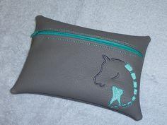 Sonderanfertigung mit dem Praxis-Logo unserer lieben Tierärztin - aus geschenktem Kunstleder von einer lieben Freundin.