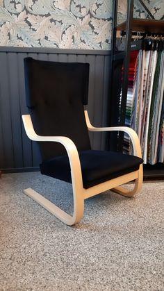 Artek 401-tuoli verhoiltiin upealla mustalla Luxor-sametilla. Sametti löytyi Lauritzonin valikoimista. Luxor
