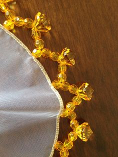 Cobre jarro amarelo 28 cm.Alegria na mesa. Beaded Flowers Patterns, Crochet Flowers, Beading Patterns, Ribbon Embroidery, Embroidery Stitches, Embroidery Designs, Desi Wedding Decor, Bead Sewing, Point Lace