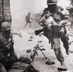Vietnam War - A soldier rescuing Vietnamese children. Because there were many atrocities during the Vietnam War, it's nice to see pictures like this. Nagasaki, Hiroshima, Papua Nova Guiné, War Photography, People Photography, White Photography, Street Photography, Landscape Photography, Fashion Photography