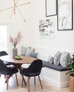 kitchen living rooms Our Mobile Chandelier putting that final Mid-Century touch into dining room. Luxury Dining Room, Dining Room Design, Dining Rooms, Dining Chairs, Living Pequeños, Modern Living, Round Dining Table, Mid Century Dining Table, Oval Table
