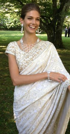 American fashion model Kendra Spears (now Princess Salwa Aga Khan) married Prince Rahim Aga Khan in 2013 in this stunning white brocade bridal sari with light gold beading throughout. Wedding Sari, Wedding Attire, Wedding Dresses, Bridal Sari, Gold Wedding, Indian Dresses, Indian Outfits, Asian Fashion, Look Fashion