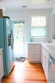 Aranżacja małej kuchni w bieli i błękicie