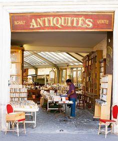 Şehrin havasını daha derin solumak için eskicilerde sahaflarda dolaşmak size ayrı bir keyif verecektir. Paris de bu konuda oldukça zengin bir kent. Kısa bir mola verip geçmişin size yapabileceği  sürprizleri görebilirsiniz.  #uzaklaryakin #paris #city #autumn #throwback #vacation #traveltheworld #bestdiscovery #travel #gezi #photography #photooftheday #photographers_tr #fotograf #europe #seyahat #gezgin #macera #yolculuk #cokgezenlerkulubu #turkishfollowers #yol #instatravel #travelgram…