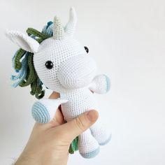 ELIE ENHJØRNING – Unkeldesign Crochet Horse, Crochet Unicorn, Crochet Art, Crochet Gifts, Crochet For Kids, Crochet Animals, Crochet Patterns, Handmade Soft Toys, Unicorn Crafts