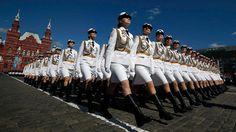 Soldatinnen der russische Armee proben eine Parade zum Jahrestag des Endes des zweiten Weltkriegs auf dem Roten Platz in Moskau. | Bildquelle: REUTERS