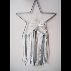 Łapacz snów pleciony na obręczy o średnicy 25 cm - gwiazda, ozdobiony wstążkami, tasiemkami o różnej fakturze.  Długość całkowita: 40 cm (nie wliczając wstążeczki do powieszenia... Dreamcatcher / dream catcher / interior / star / handmade / diy