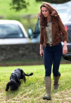 Catherine, Duchess of Cambridge, the former Kate Middleton, walks her dog Lupo at Beaufort Polo Club in Gloucestershire, England. British Country Style, Country Wear, Country Women, Country Chic, Country Life, Kate Middleton Stil, Estilo Kate Middleton, Corona Real, Countryside Fashion