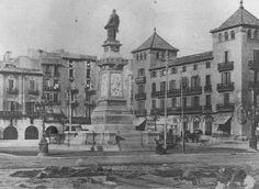 *1882.- El Convent de Sant Sebastià a la dreta de la imatge, amb el monument a Antonio López, marquès de Comillas, en primer terme.