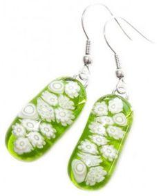 Lange groene oorbellen met witte millefiori bloemen van glas!
